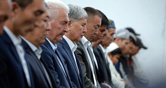 Президент Алмазбек Атамбаев принял участие в праздничном Айт-намазе по случаю Орозо айта.