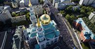 Мусульмане перед намазом в день праздника Ураза-байрам у Соборной мечети в Москве. Архивное фото