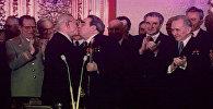 Тройной Брежнев — поцелуи генсека, вошедшие в историю. Кадры из архива