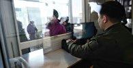 Кыргызстандын чек ара кызматкеринин документ текшерүүсү. Архивдик сүрөт