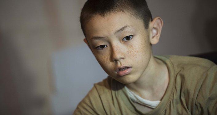 Тилек Алтымышев — ювенилдүү артрит оорусуна чалдыккан он эки жашар бала.