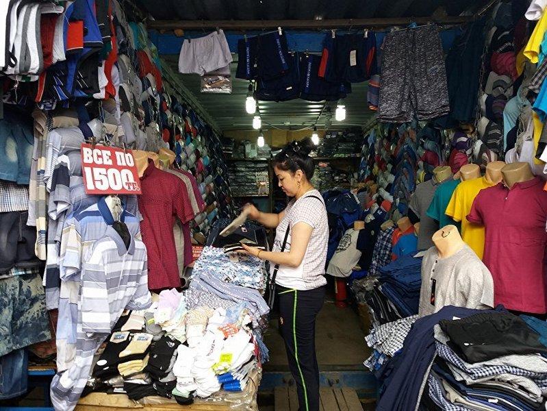Продавец на рынке Шанхай вблизи Астаны