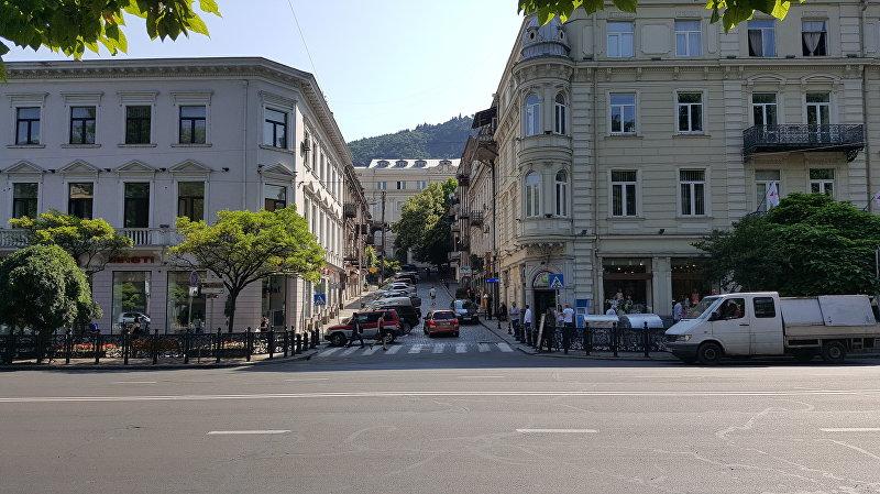 Вид на улицу в городе Тбилиси