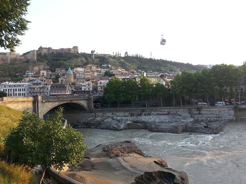 Мост через реку в городе Тбилиси