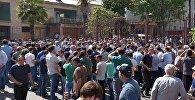 Оппозиционеры во время митинга у министерства внутренних дел Абхазии.