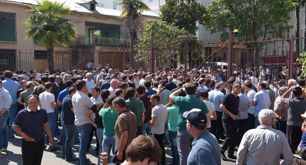 После протестов ибеспорядков власти Абхазии проведут переговоры соппозицией