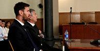 Аргентинский футболист Барселоны Лионель Месси сидит в суде со своим отцом Хорхе Орасио Месси за налоговые махинации в Барселоне. Архивное фото