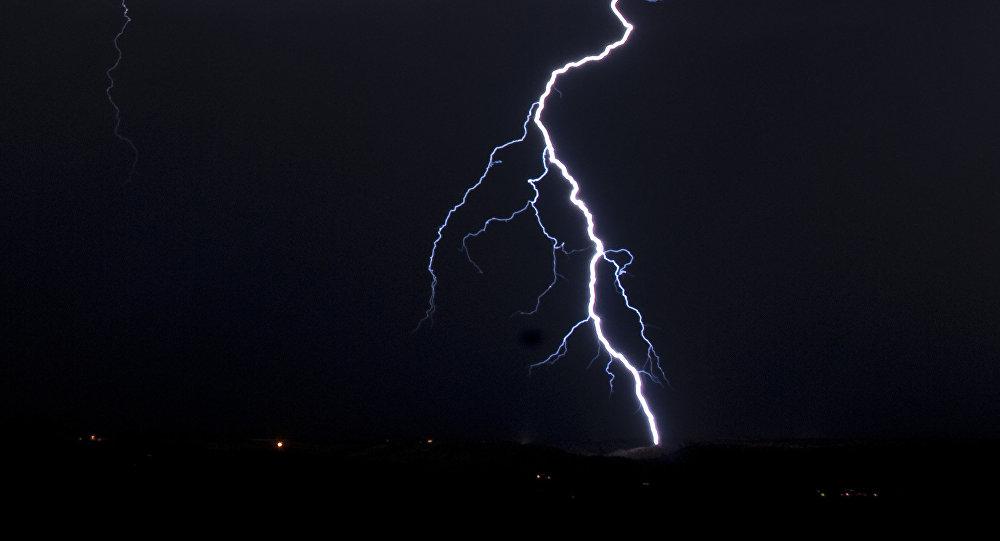 Молния бьет по земле. Архивное фото