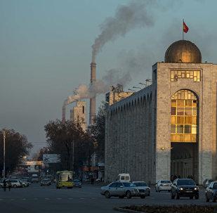 Вид на трубы ТЭЦ Бишкека с площади Ала-Тоо. Архивное фото