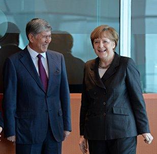 Кыргызстандын президенти Алмазбек Атамбаев жана Германиянын канцлери Ангела Меркель. Архив
