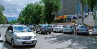 Автомобили возле ЦУМ Айчурек. Архивное фото