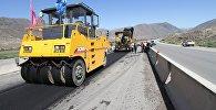 Сотрудники укладывают асфальт во время капитальной реконструкции полотна автодороги Бишкек-Нарын-Торугарт на участке в Боомском ущелье. Архивное фото