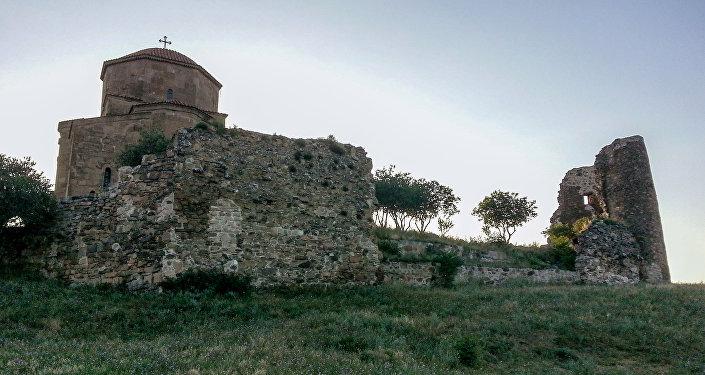 Одной из главных достопримечательностей города и его символом является храм Метехи