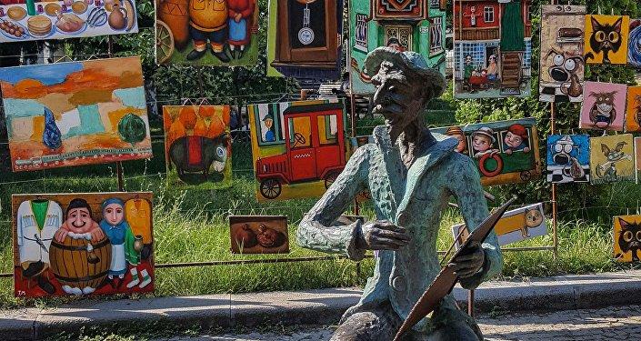 Картины уличных художников на улице столицы Грузии