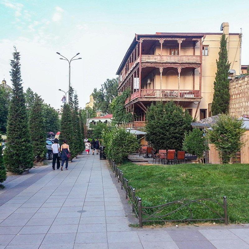 Люди на одной из улиц города Тбилиси