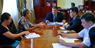 Мэр Бишкека встретился с представителями общественного фонда Право на жизнь бездомным животным