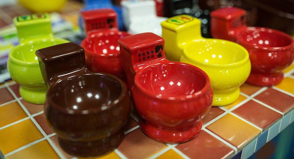 Чашки в тематическом кафе. Архивное фото