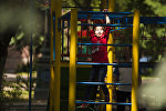 Бишкектеги парктын биринде эс алган кыз. Архив