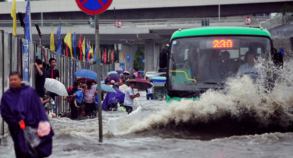 Автобус едет по затопленной улице в городе Ухань, провинция Хубэй. Архивное фото