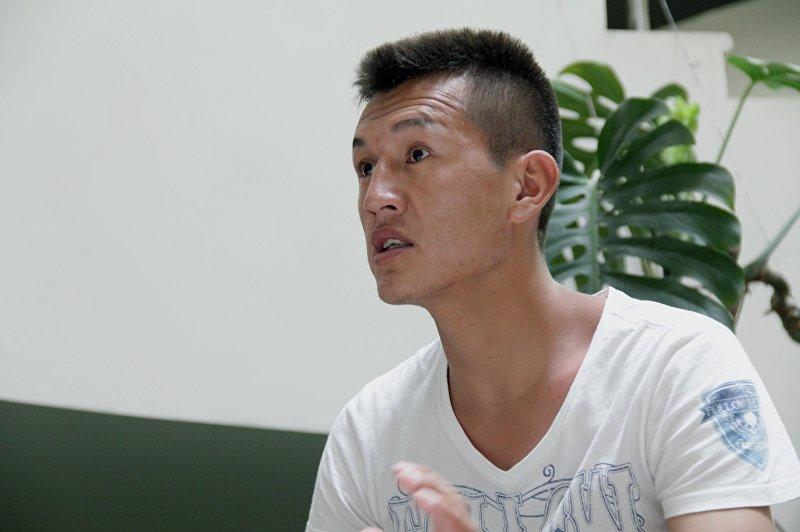 Активист из села Ак-Сай Азамат Абдыразаков во время интервью.