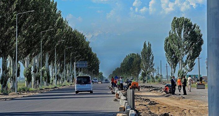 Премьер-министр Сооронбай Жээнбеков в пятницу проинспектировал ход реконструкции автодороги Бишкек — международный аэропорт Манас