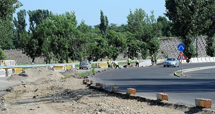 По данным главы Министерства транспорта и дорог Замирбека Айдарова, на данный момент полностью завершены строительные работы по восточной стороне трассы, здесь уже проезжают машины.