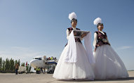Девушки в национальных костюмах встречают гостей в аэропорту. Архивное фото