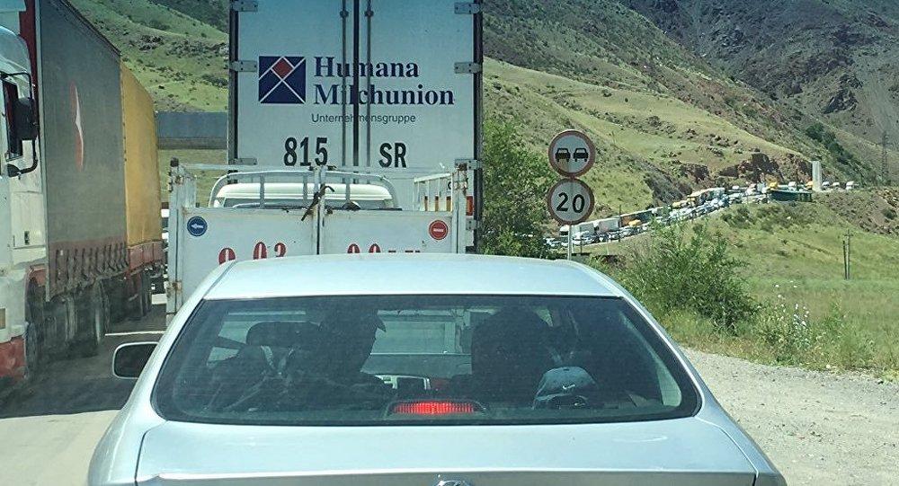 Автомобильный затор на автодороге Ош — Бишкек возле шлагбаума у Токтогульского водохранилища.