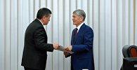 Премьер-министр Сооронбай Жээнбеков и президент Кыргызстана Алмазбек Атамбаев