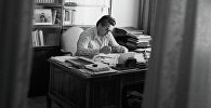 Писатель Чингиз Айтматов в своем рабочем кабинете. Архивное фото