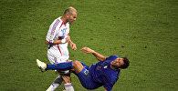 Экс-защитник итальянской сборной по футболу Марко Матерацци и хавбек сборной Франции Зинедин Зидан в финальном матче Чемпионата мира 2006 года