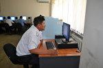 Сотрудник на курсах повышения квалификации строевых подразделений патрульной милиции КР