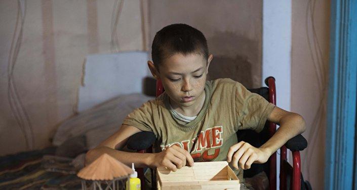 12-летний инвалид Тилек Алтымышов, который делает игрушки из спичек и палочек от мороженого
