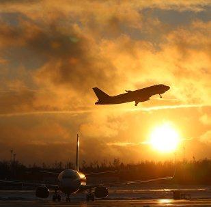 Архивное фото самолета, который взлетает с аэропорта