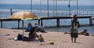 Отдыхающие на пляже озера Иссык-Куль. Архивное фото