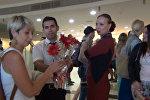 Первых за семь месяцев туристов из РФ c цветами и музыкой встретили в Анталье