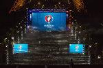 Париждеги күйөрмандар үчүн коюлган чоң экран. Архив
