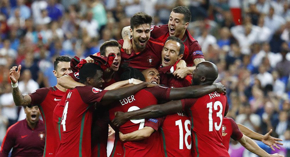 Игроки сборной Португалии радуются победе в финальном матче чемпионата Европы по футболу - 2016 между сборными командами Португалии и Франции.