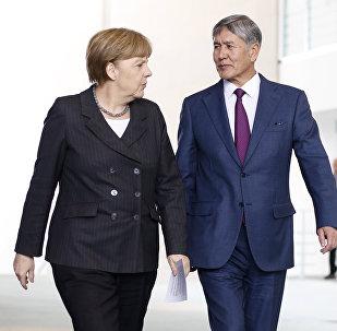 Алмазбек Атамбаев менен Германия канцлери Ангела Меркель Берлиндеги жолугушуу учурунда. Архив