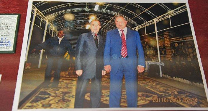 Тохтар Тулешовдун КРдин мурдагы президенти Курманбек Бакиев менен түшкөн сүрөтү