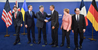 Премьер-министр Италии Маттео Ренци, премьер-министр Великобритании Дэвид Кэмерон, президент Украины Петр Порошенко, президент США Барак Обама, федеральный канцлер ФРГ Ангела Меркель и президент Франции Франсуа Олланд (слева направо) во время общего фотографирования на саммите НАТО в Варшаве.
