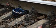 обувь на железнодорожных рельсах. Архивное фото