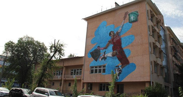 Бишкектеги №5 компьютердик улуттук гимназиясынын дубалына шаарды таза кармоого чакырган граффити пайда болду