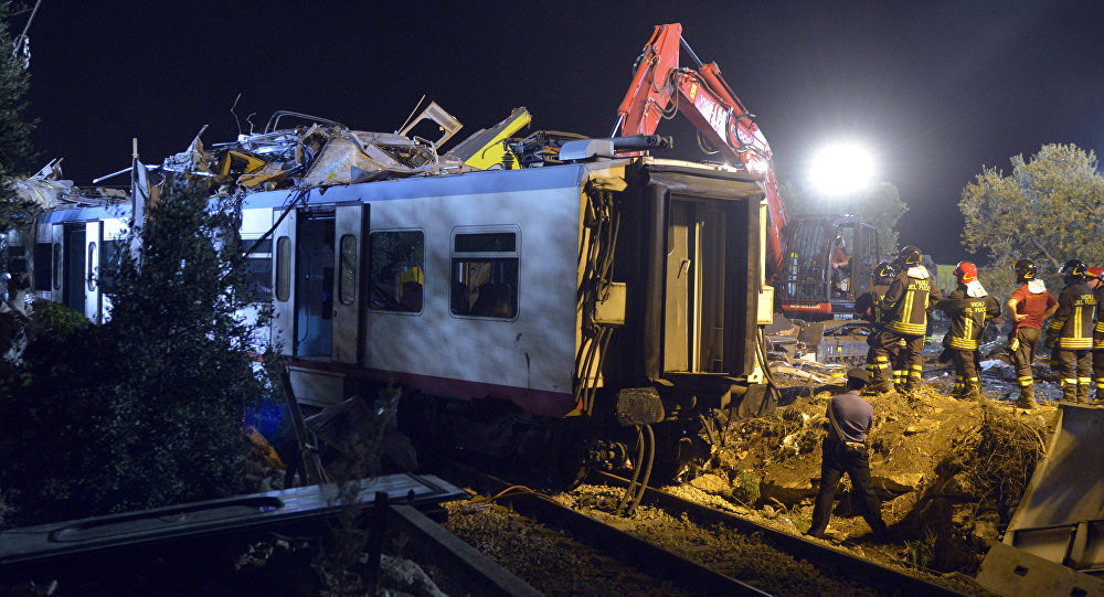 Медики и спасатели на месте столкновения двух поездов на юге Италии
