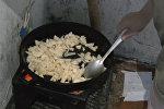 Энесин ала качып кетишкен:6 жашар бала оорулуу таянеси менен бөбөгүнө тамак жасап берет