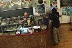 Неудачное ограбление: хозяин кафе проигнорировал мужчину с пистолетом