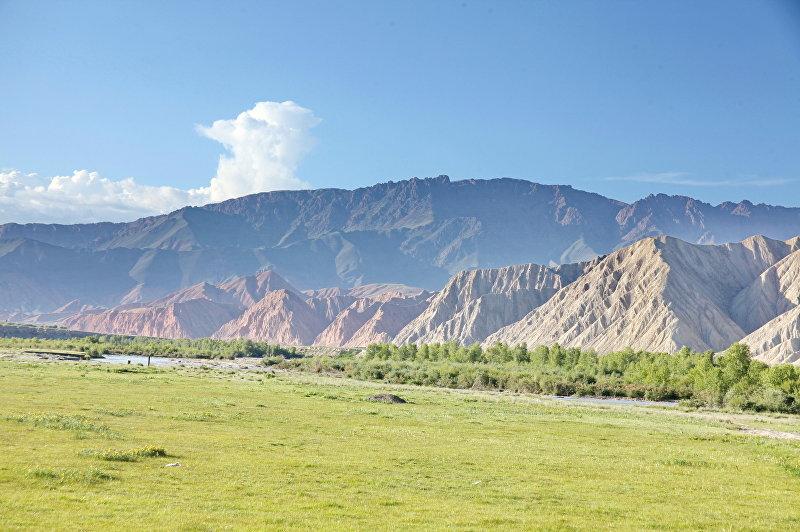 Долина Эки-Нарын расположеная в 44 километрах восточнее Нарына