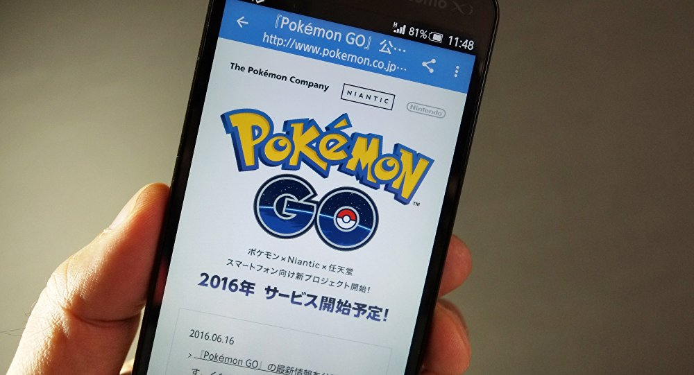 Игра Pokemon Go на экране смартфона. Архивное фото
