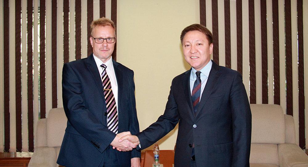 Заместитель министра иностранных дел КР Азамат Усенов во время встречи с почетным консулом КР в Финляндии Петри Олави Нумминеном