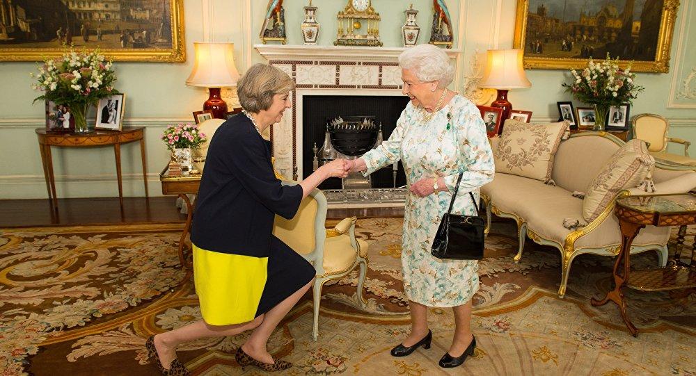 Королева Великобритании Елизавета Вторая во время назначила Терезу Мэй премьер-министром Великобритании